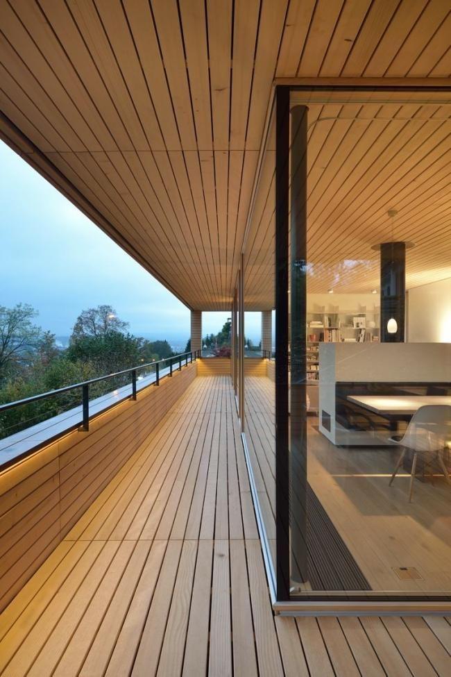 Modernes holzhaus am hang  haus am hang raumhohe verglasung balkon bergblick | Holzhaus ...