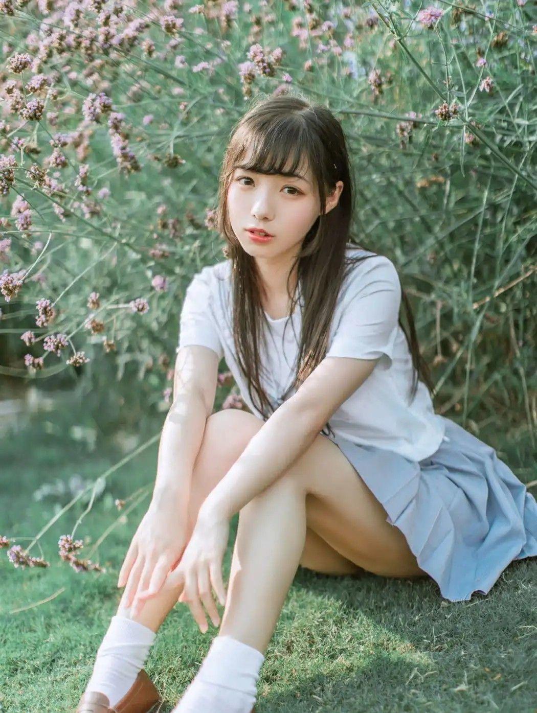 坐在野外的草皮🌿🌸上享受著陽光☀️
