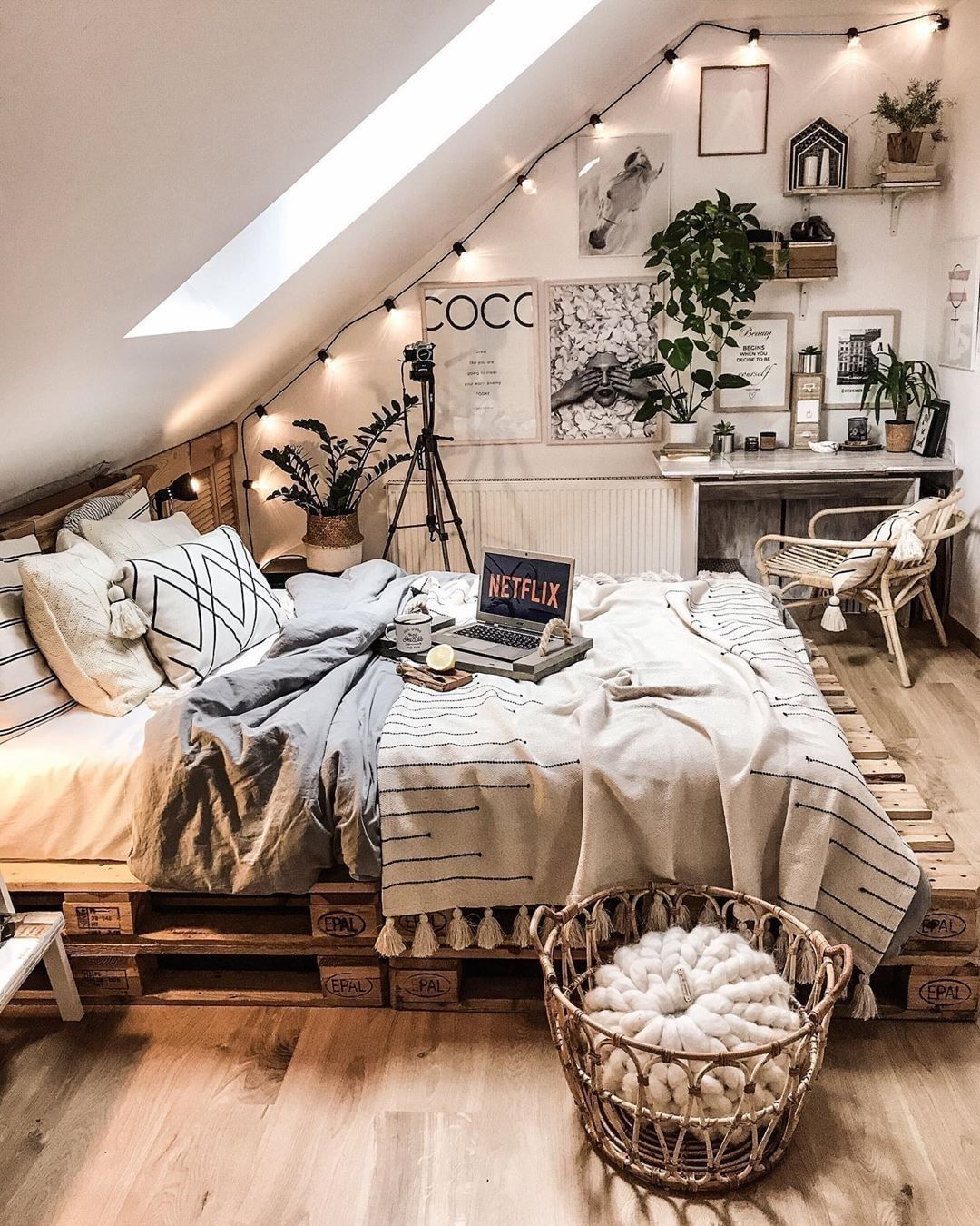 What a breath-taking bohemian bed decoration idea is ...