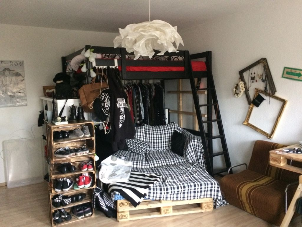 DIY-Sofa mit Kissen und Fußablage sowie DIY-Schuhregal aus Kisten ...