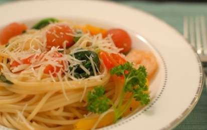 Spaghetti colorati - Nonostante con il freddo che avanza mangiare leggero diventi sempre più difficile, proviamo a proporvi qualche ricetta che sicuramente non appesantisce, come questi spaghetti colorati di insalate come radicchio e rucola.