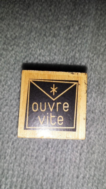 """Tampon en bois inscription """"ouvre vite"""" : Tampons et encres par les-tresors-de-caro"""