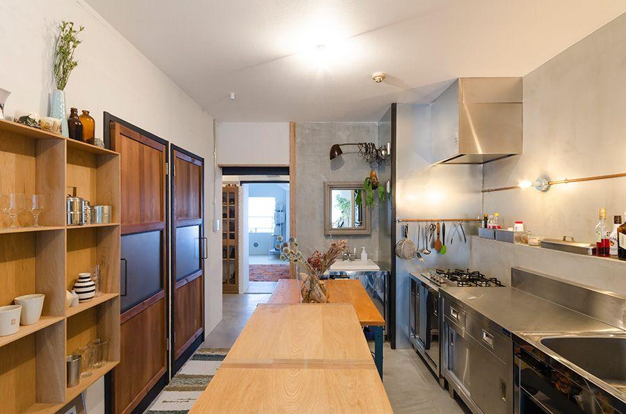 キッチンは廊下を取り 広々と明るい空間に クールな金属とナチュラル