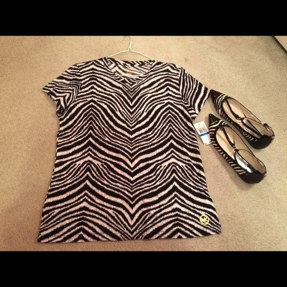 MICHAEL KORS BLACK, WHITE TOP, FLATS 👀 MICHAEL KORS CUTE TOP SIZE XL, SHOES SIZE 9 BOTH TOP, SHOES HAVE BEEN WORN A FEW TIMES, SO CUTE 😊 Michael Kors Tops
