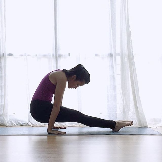 ②腰をおろしてキープ ①の続きです。腰をゆっくり下ろしていき、腕の後ろまで移動させましょう。かかとの位置は変えず、かかと以外は床につきません!お腹を引き上げへこませるようなイメージで5呼吸程ポーズをキープ! このポーズは腹筋の強化、二の腕の引き締めにも効果があります!  ポイント!  ・両足を手で強く床を押す  ・お尻をぐっと後ろに引く  ・つま先をのばす  ・肩が上がらないようにする