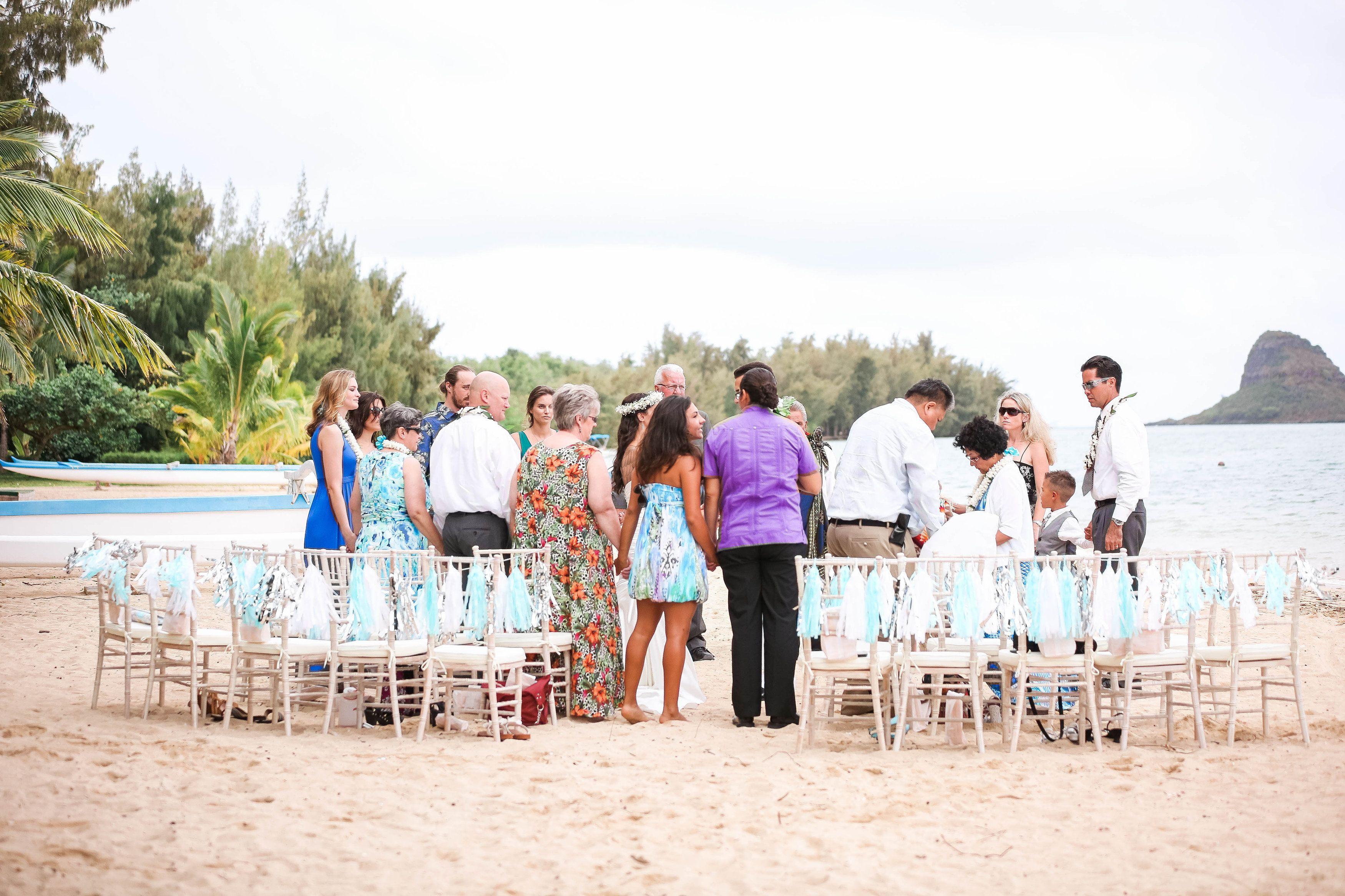 Sedie chiavarine ~ Whitewash chiavari chairs a beach ceremony secret island kualoa