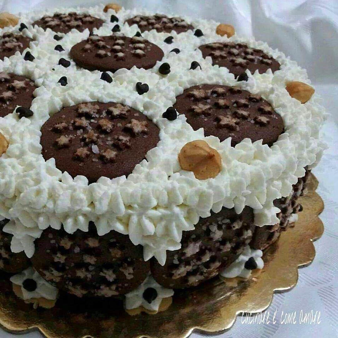 TORTA DI STELLE con panna e nutella è un dolce con base al cacao, ripieno di  nutella, panna montata e decorato con biscotti e ciuffetti di panna. 7b13c3bc27