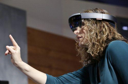 """Hologramme und virtuelle Welten: Apple verschläft die Zukunft   Im Unterschied zu Microsoft und Google will """"Oculus Rift"""", das von Facebook übernommen wurde, nichts mit der Realität zu tun haben – hier entern Nutzer virtuelle Welten."""