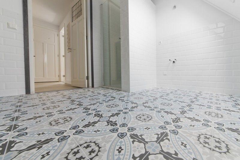 Revoir paris flora met witte metro tegels tegelfloor