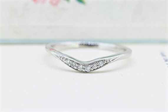 Cast In 14k White Gold This Vintage Wedding Band Has A Wonderful Curved Design Allowing Wedding Rings Vintage Antique Wedding Rings Antique Engagement Rings