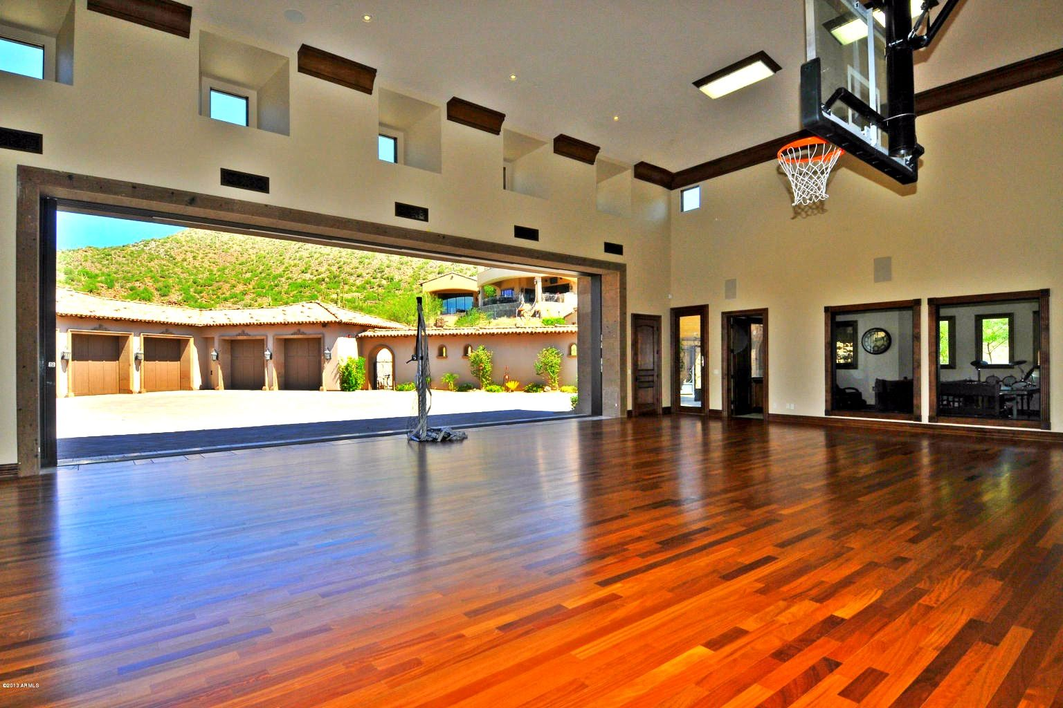 Indoor basketball court diamond point 1 las sendas for Basketball hoop inside garage