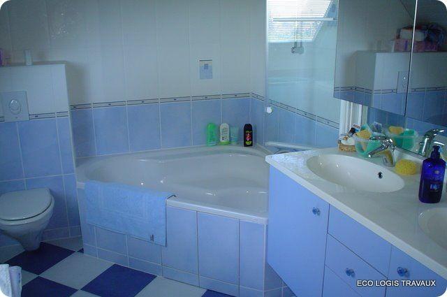 salle de bain avec baignoire d\'angle et meuble vasque et WC suspendu ...