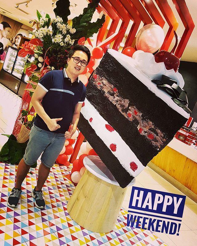 #Spotted : A #Huge #Slice of #Cake 😂👌🍰 #iger #igers #igerspinoy #igersph #igersmanila #weekend #HappyWeekend #sweet #happy #itsmorefuninthephilippines #dessert #nationaldessertday 😀  Yummery - best recipes. Follow Us! #nationaldessertday