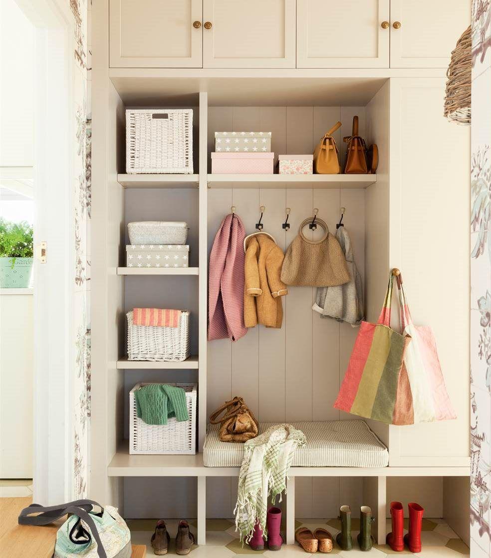 Mueble con estanterías, cestas, banco, armario y colgadores, a ...