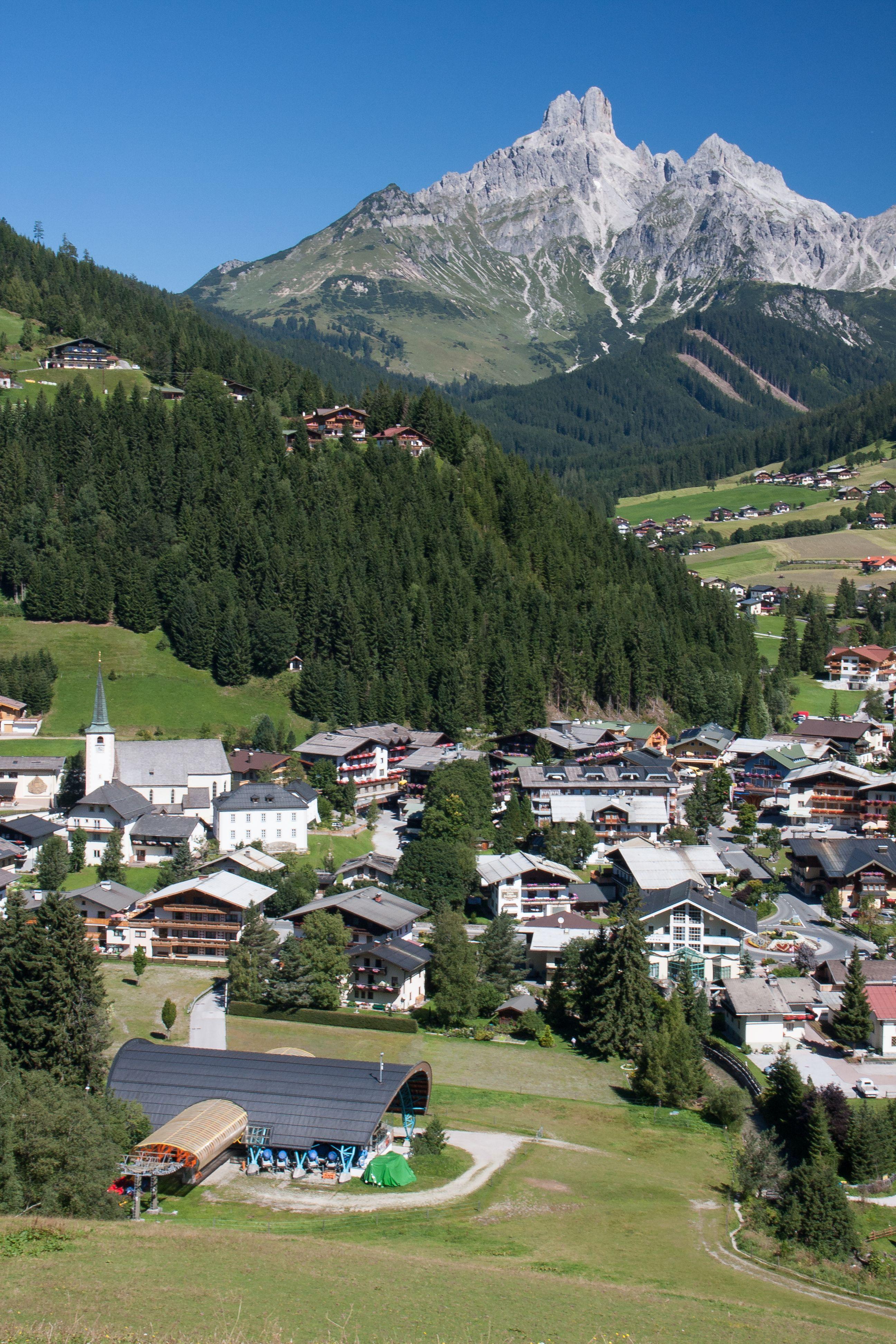 Das Bergdorf Filzmoos Mit Der Bischofsmutze Im Hintergrund Osterreich Urlaub Tourismus Urlaub