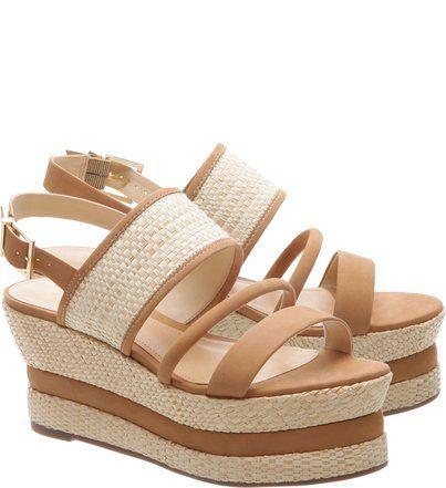 89940e46a Esta sandália foi sucesso no lançamento do verão em USA! As fashionistas  apostaram nas camadas