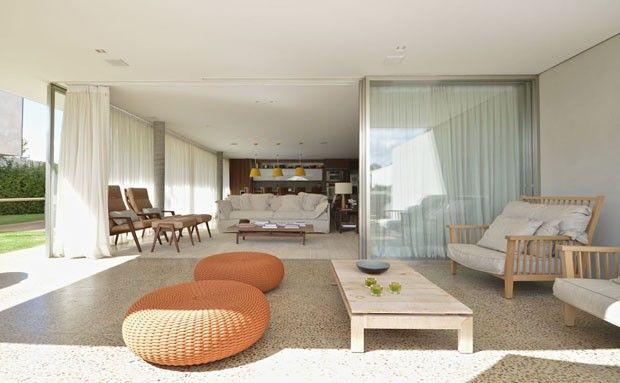 Casa de campo com visual contemporâneo. Décor traz descontração e leveza aos ambientes