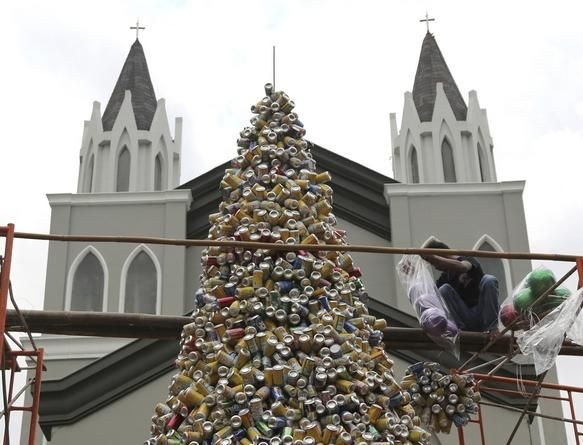 A Worker Arranges About 1 000 Discarded Beverage Cans To Form A Christmas Tree In Front Of A Church In Jakarta Indonesia Frida Funny Pictures Christmas Tree Weird World