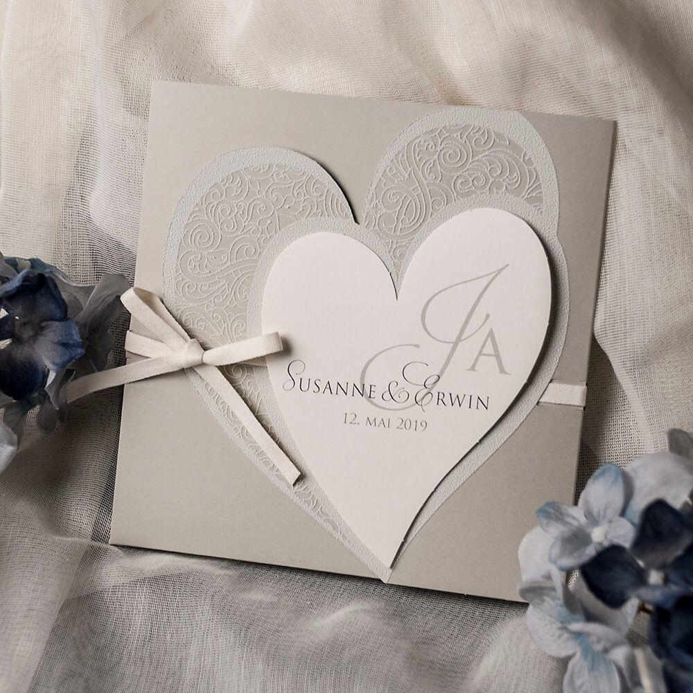 Modern neutral hochzeitseinladung kirsten in elegantem grau mit herzen einladungskarten hochzeitseinladungen grau neutral klassisch modern