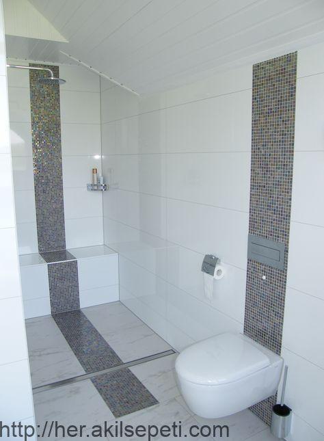 Schimmernde Mosaikfliesen Zieren Dusch Und Wc Bereich Ebenerdige Dusche Rote Badezimmer Badezimmer