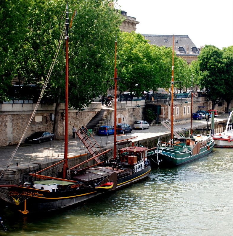 Boats along the Seine.  Been here!  Took picture!