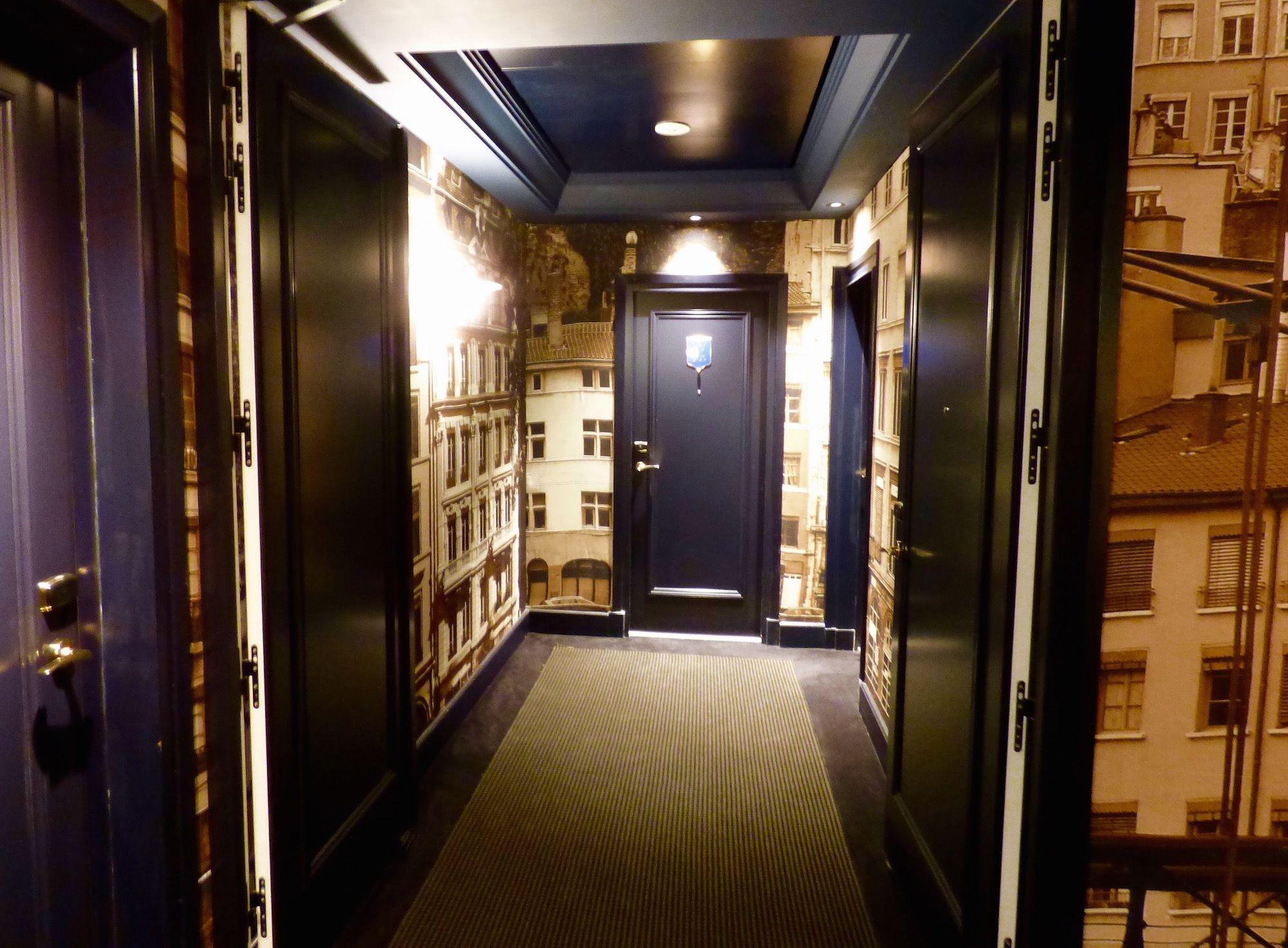 r novation des couloirs de l 39 h tel le royal lyon par l 39 architecte d 39 int rieur pierre yves rochon. Black Bedroom Furniture Sets. Home Design Ideas