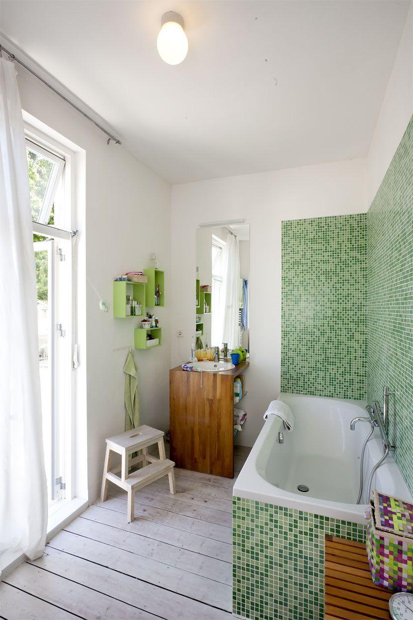 Badespass Im Spritzbereich Schutzen Mosaikfliesen Die Wand Vor Wasser Der Holz Waschtisch Bietet Platz Fur Lotion Mosaikfliesen Badgestaltung Badezimmerideen