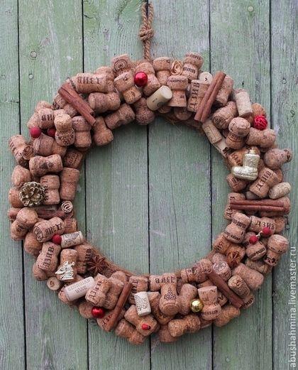 Купить или заказать эко-новогодний венок из пробок 'ангел,вино и шампанское' в интернет-магазине на Ярмарке Мастеров. какой праздник без вина и шампанского?!!! большой новогодний венок состоит из более чем ста пробок, декорирован позолоченными шишками,корицами, искусственными ягодами .подвешенный за петельку, он отлично украсит интерьер, сразу превратив его в новогодний и праздничный!
