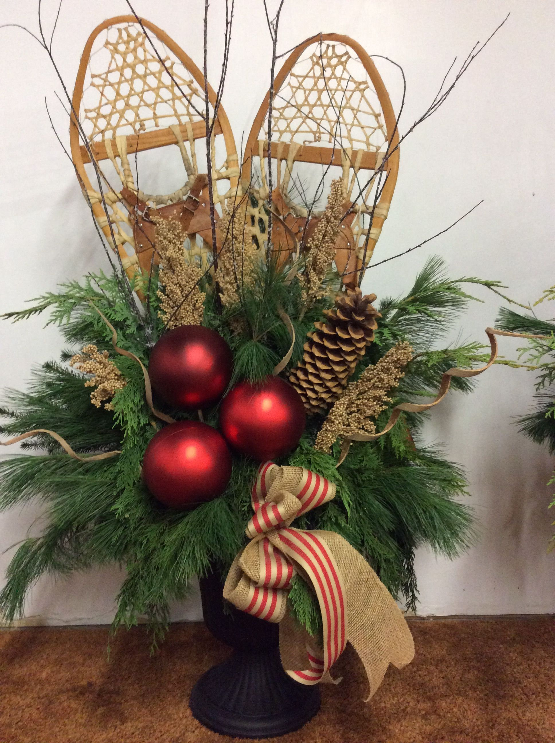 Snowshoes christmas urn urn pinterest no l deco for Decoration exterieur hiver