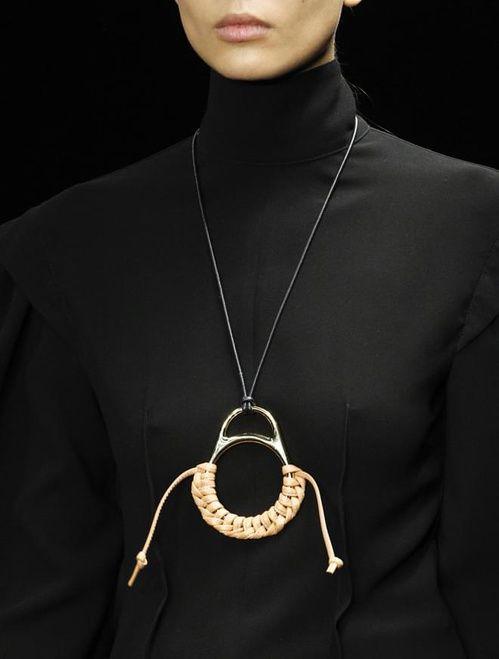 Le statement necklace en corde du défilé Loewe automne-hiver 2017-2018