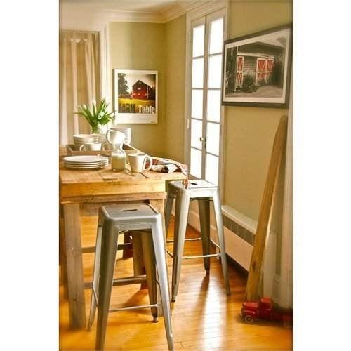 Taburetes altos Tolix frente a mesa de madera | Ideas para tu ...