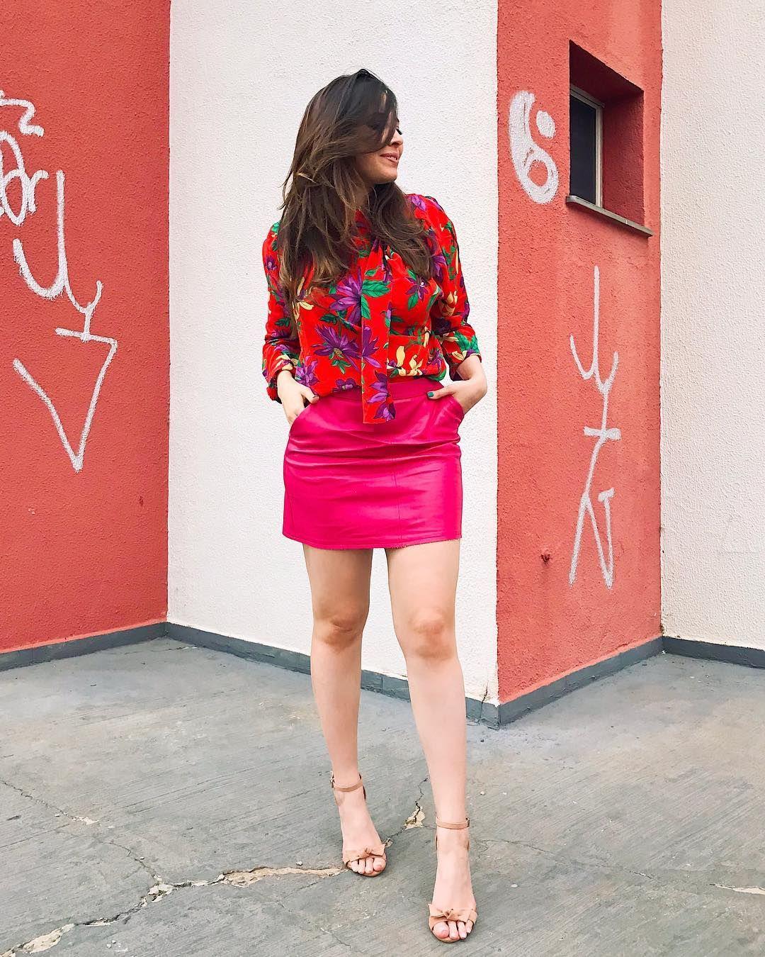 Blogueira Taciele Alcolea, look do dia, look com saia de couro pink, blusa  vermelha estampada, sandália nude, blogueiras, 26df62bd5a