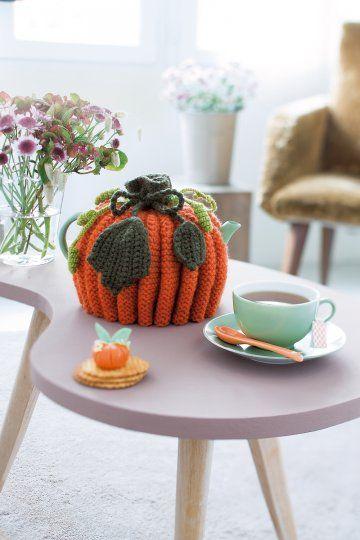 Cache-théière tricoté en forme de citrouille avec feuilles et tiges rampantes