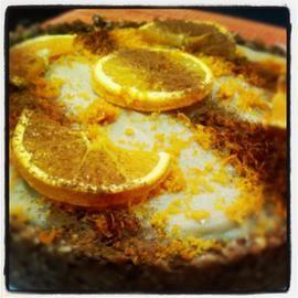 Tarta crudivegana de chocolate blanco y naranja en HazteVegetariano.com