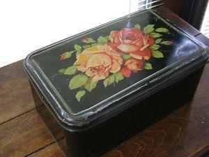 Ancienne-boite-anglaise-fer-tole-biscuit-chocolat-decor-panier-de-fleurs-ruban
