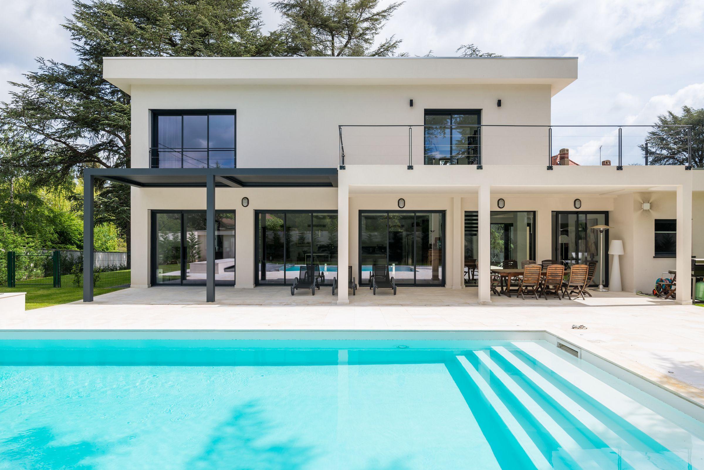 Piscine extrieure dans une villa  Saint Etienne par larchitecte dintrieur Laura Djabourian