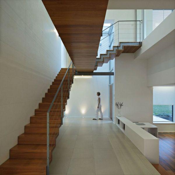 Treppenhaus Glas Geländer Bodenfliesen weiße Wände Haus