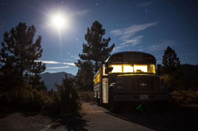 a_cool_school_bus_conversion_into_a_fullyfunctional_mobile_home_640_14