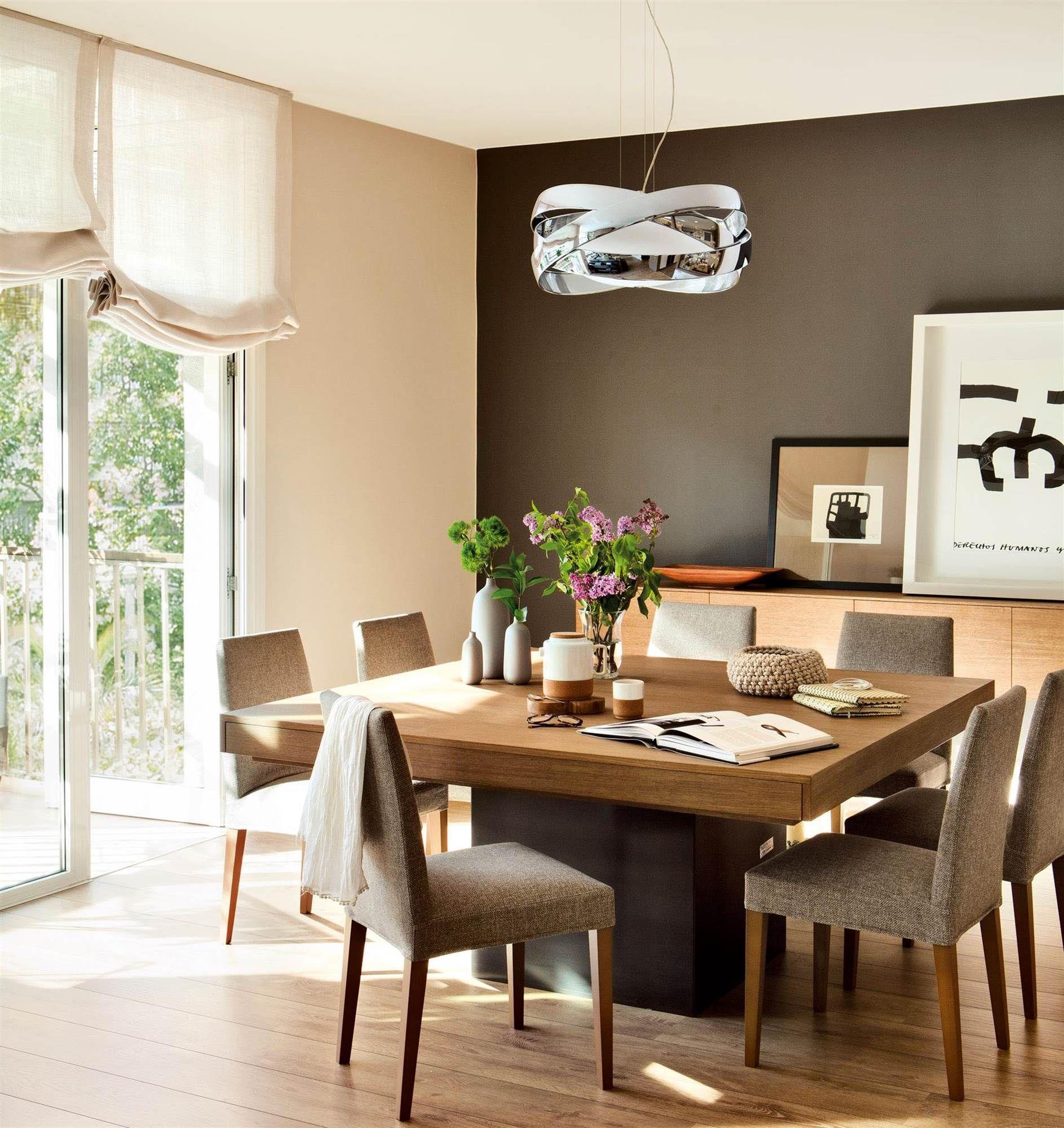 comedor con mesa cuadrada de madera, sillas tapizadas, lampara ...