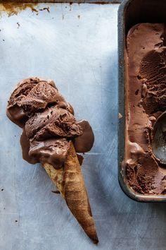 En la opinión de Álvaro, helado chocolate es la mejor comida en el mundo. Cada viernes Álvaro compra helado chocolate después de sus clases cuando camina a su casa. La heladería es una tienda pequeña que tiene un banco cómodo en un jardín bonita donde se sienta y come su helado. Si él tiene extra, da algún helado a el gato, Felipe. Álvaro tiene un diente dulce y le gusta comida con azúcar como el helado y churros. Su Mamá dice que él necesita come más vegetales, pero Álvaro no está de…