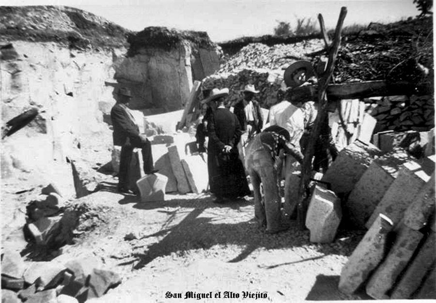 Sacerdote checando material de cantera en bancos en San Miguel el Alto Jalisco Mexico