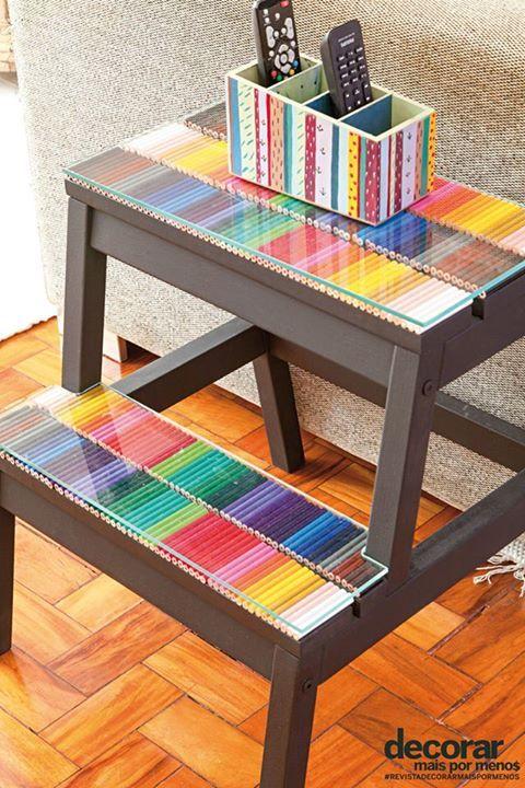 Decorar Mais Por Menos A mesa lateral ganhou uma demão de tinta preta fosca e a aplicação de lápis de cor. O vidro garante proteção ao móvel.