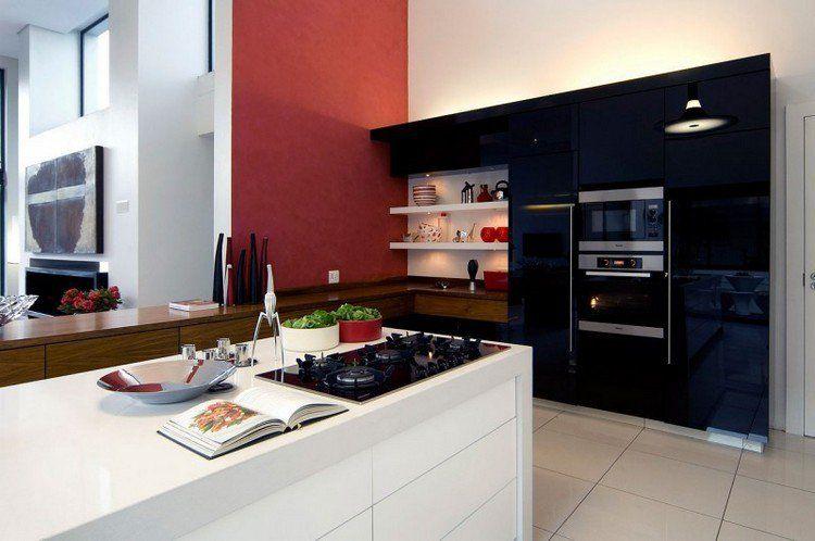 peinture murale blanche et rouge dans la cuisine avec des armoires en noir et blanc