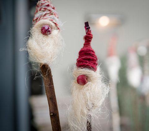 Weihnachtswichtel am Stecken #weihnachtsbastelnnaturmaterialien