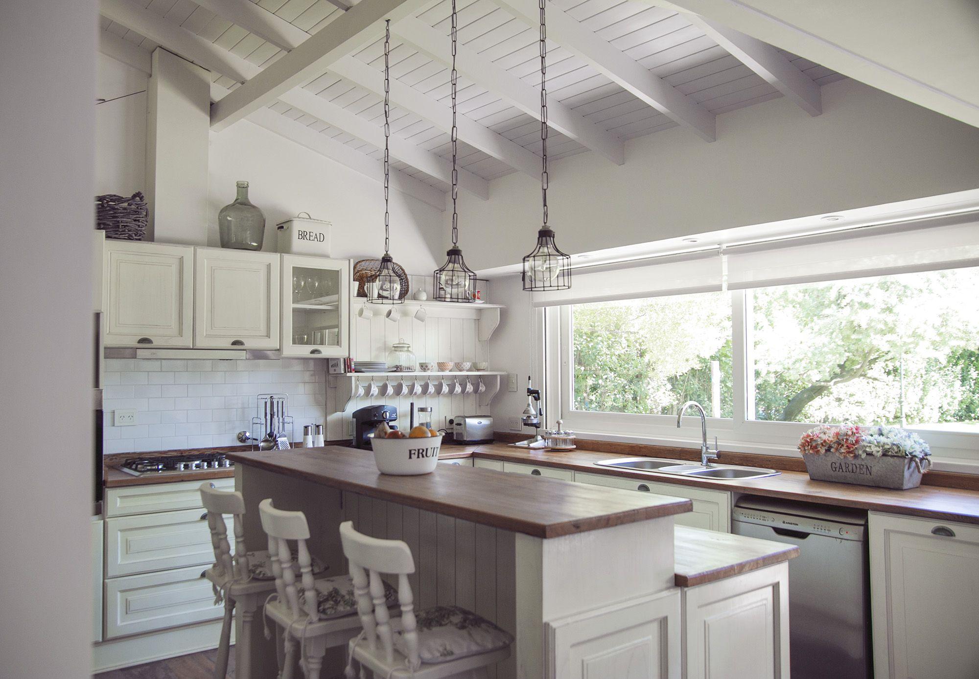 Una cocina con aire de campo • Está compuesta por muebles en madera ...