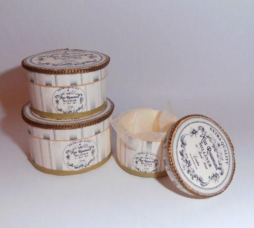 znkh28-artofmini.com-hat-decoration-hoeden-decoratie-display-kit-dollhouse-miniature-poppenhuis-box-kit-dozen-vintage