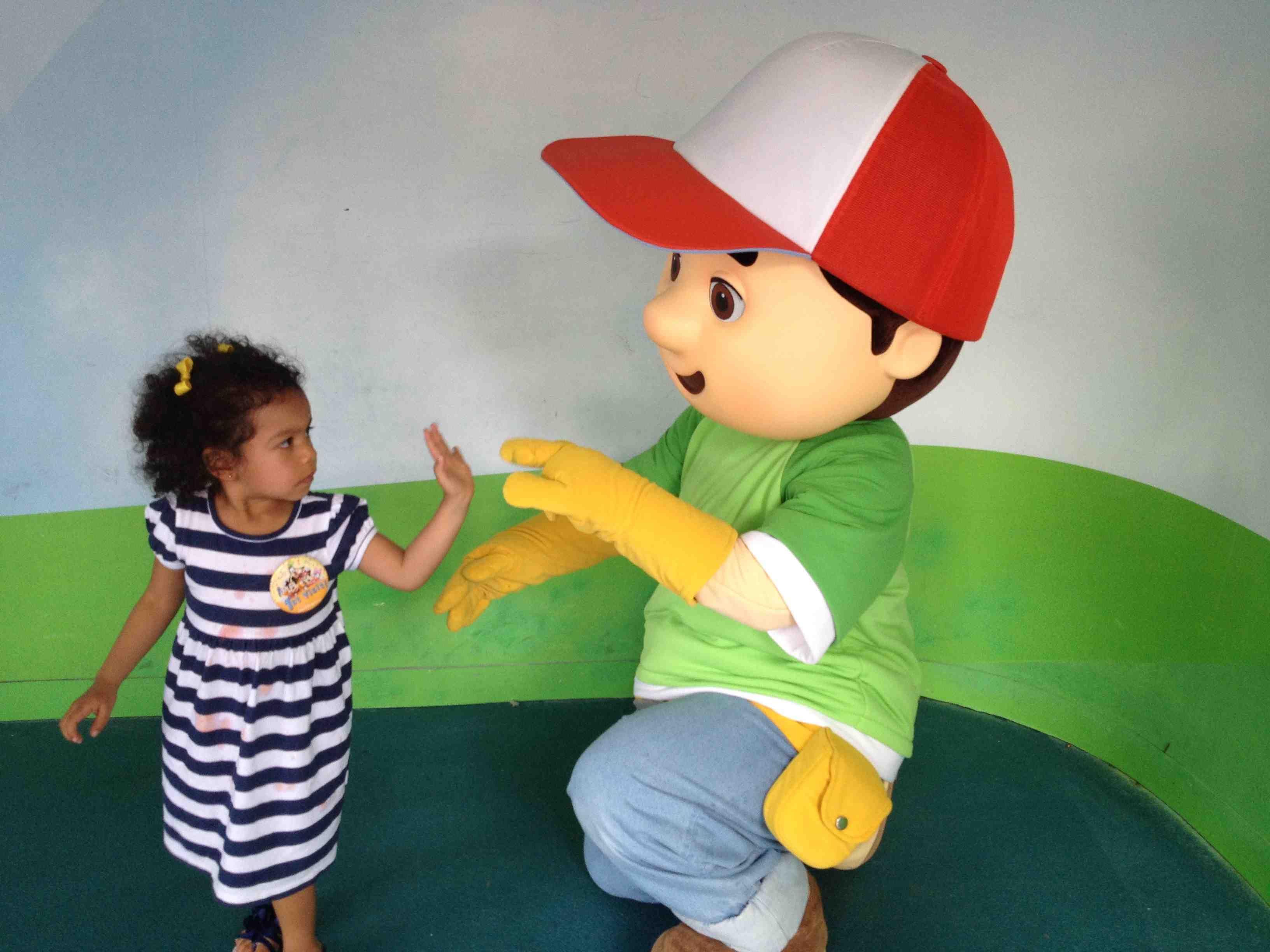 Being #Cool with Handy Manny. ¿Qué les parece el saludo? #DisneyMagic #LaFamiliaCool