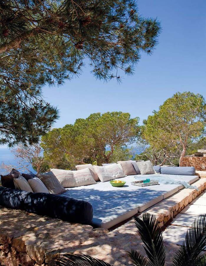 20 idées de coin zen dans votre jardin pour profiter du beau temps - banc de jardin en pierre