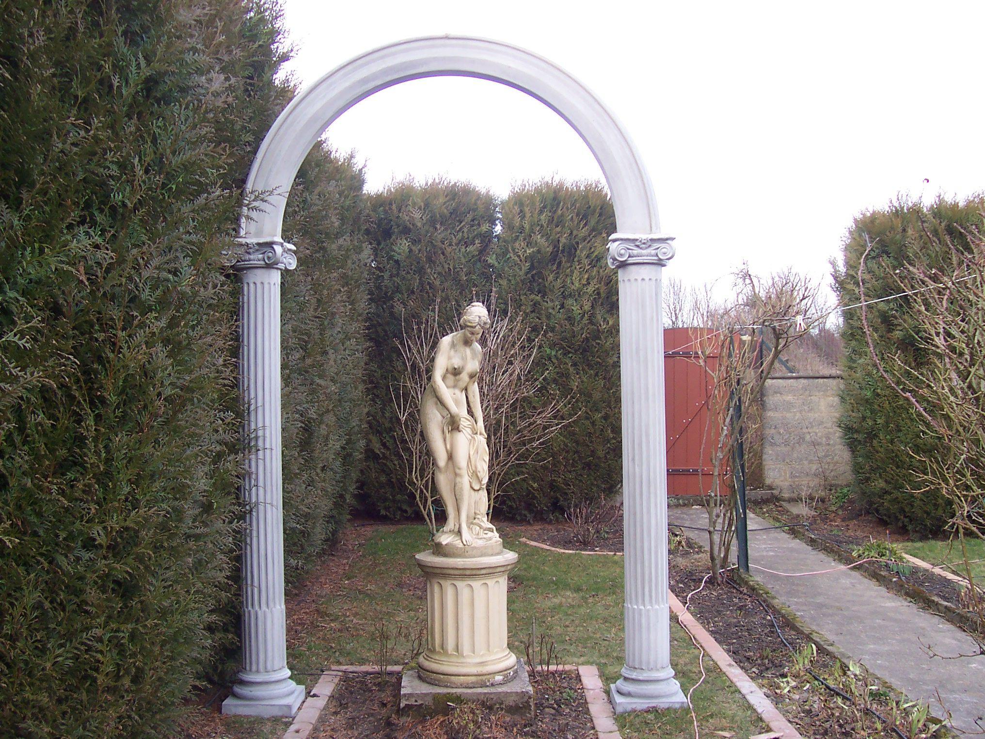 deux colonnes classiques cannel es avec des chapiteaux composites et un arc en pierre. Black Bedroom Furniture Sets. Home Design Ideas