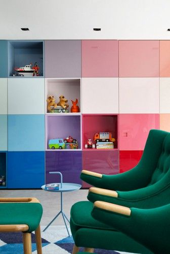 Maison colorée au Brésil Shelves, Kids rooms and Playrooms